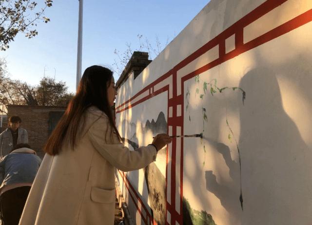 """墙上绘出""""七彩乡村"""""""
