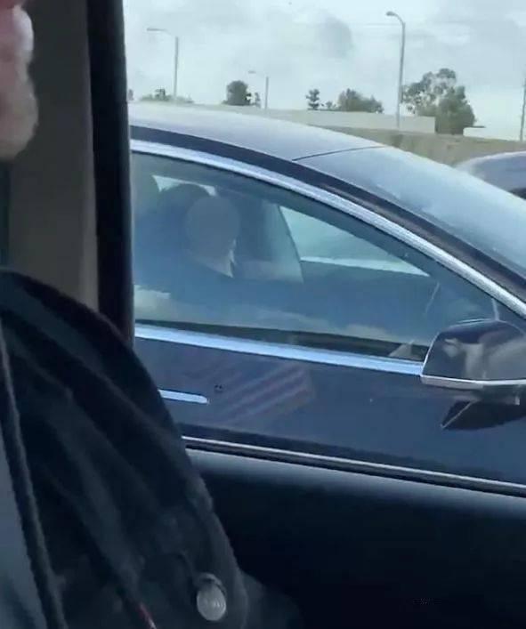 """司机高速上睡着半小时,车内""""无人驾驶""""48公里,这技术厉害了!"""