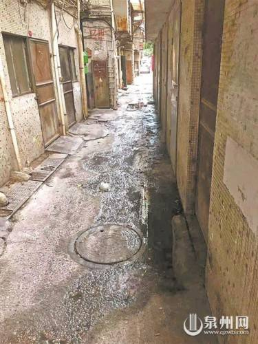 小区污水横流 居民绕道而行