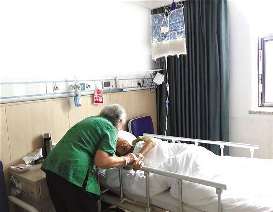 """""""他没吃苦"""" 83岁奶奶在安宁病房陪老伴走完最后110天"""