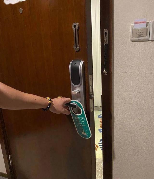 姐妹住酒店凌晨遭男员工刷开门,谁来守护房客的隐私安全?