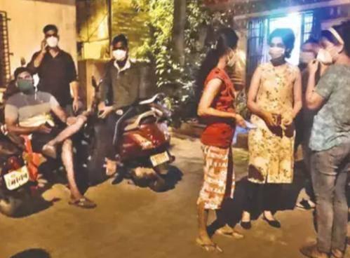 深夜,印度12名抗疫医生被赶上街头