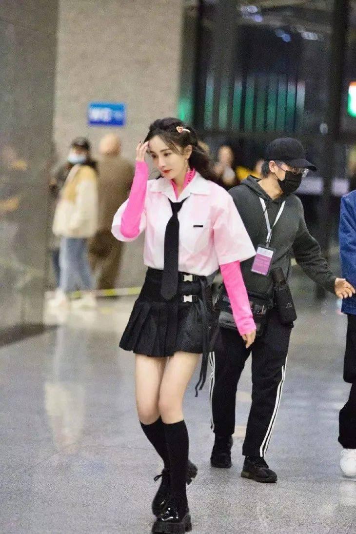 美人计 | 杨幂录制《奇葩说》,这个学姐造型有点气势!