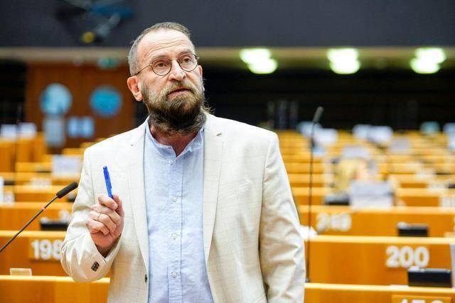 """匈牙利一""""反同""""议员违反防疫禁令参加同性裸体派对,已引咎辞职"""