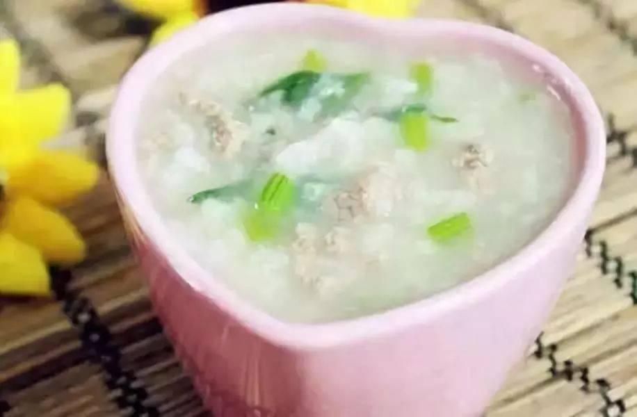 宝宝补充多种维生素的辅食:菠菜土豆肉末粥