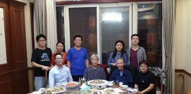 颜建国:半日暖阳,弟弟从济南回来,全家人陪着92岁父亲包饺子,母亲皱纹与眼眉间开满了幸福的花儿