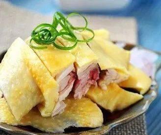 新鲜美味的白切鸡,煮熟蘸着吃,然后在电饭锅里吃鸡翅。超级简单!