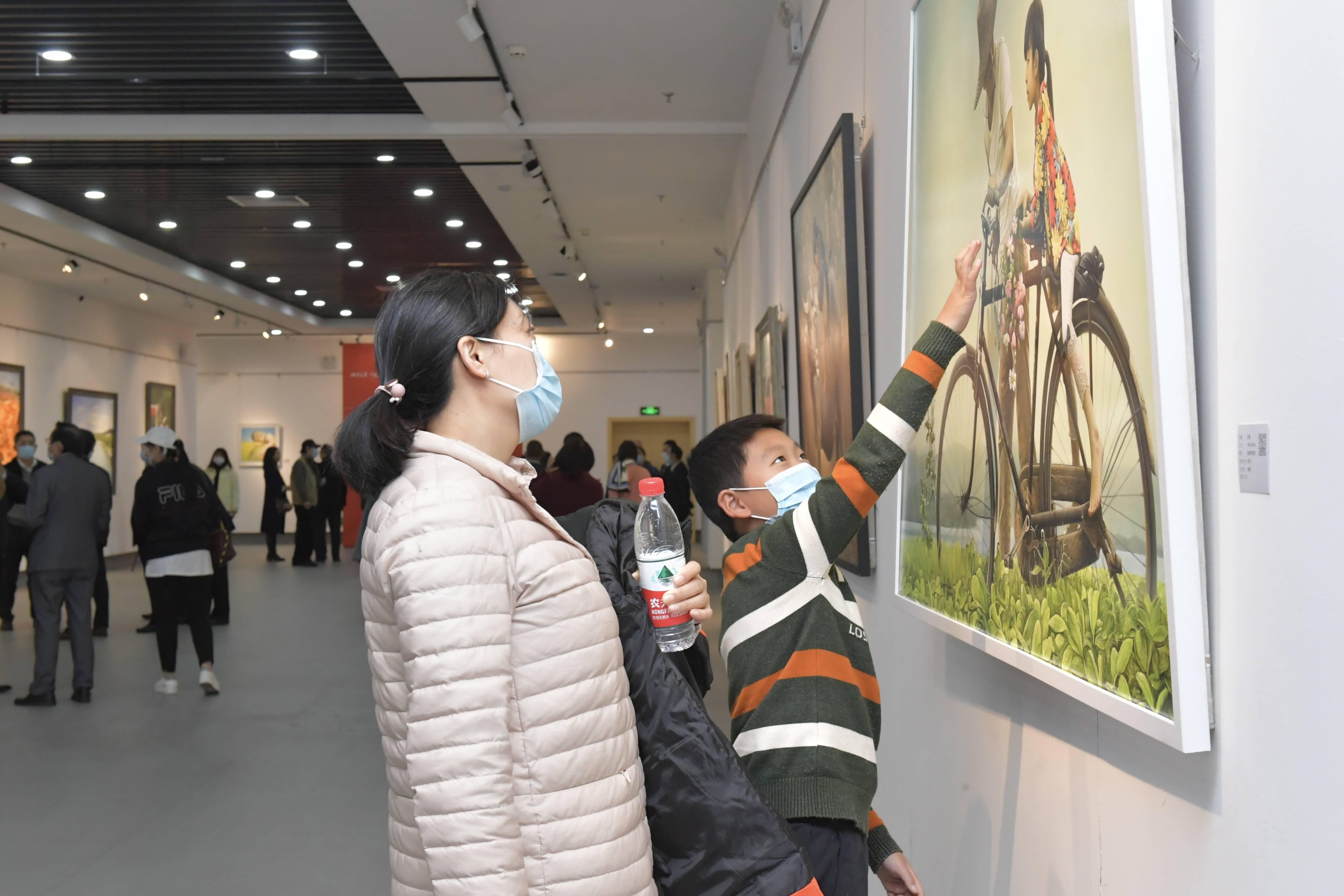 """""""城市美学 印象宝安"""" 宝安今年首场画展在宝图展出"""