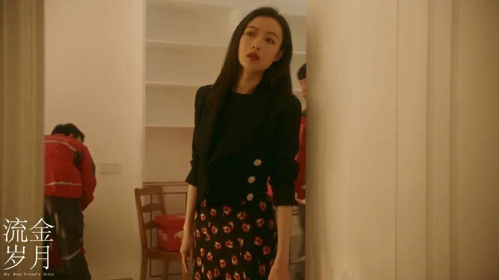 《流金岁月》终于开播啦,朱锁锁红裙搭配大波浪也太撩了!