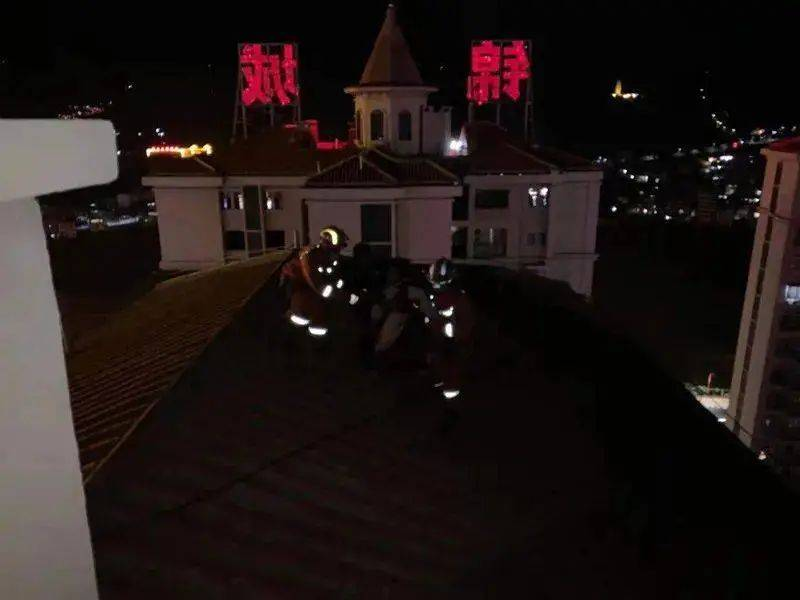 云南:小区楼顶坐着一个人,是个年轻女子,一不小心就要往下坠!
