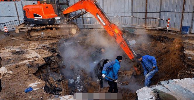 郑州丨天呐!热力管网突发爆管塌陷,一名骑车路人掉入死亡,一人施救被烫伤!