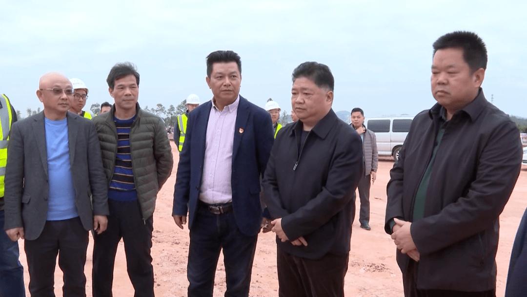 五华县委书记吴晖到华城镇调研梅龙高铁建设及新农村建设工作