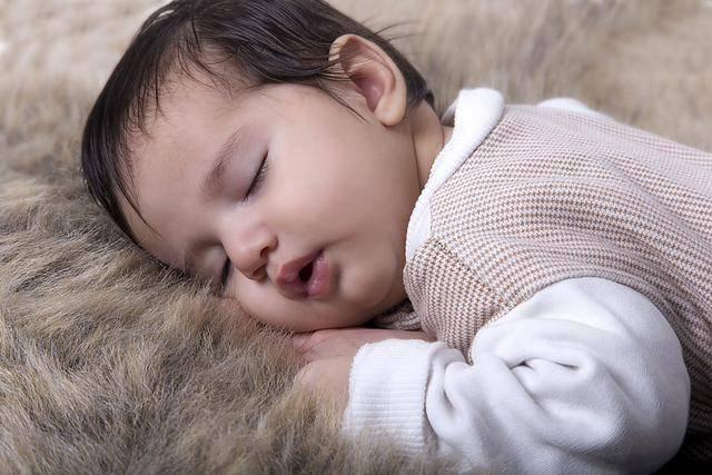 """睡前触摸宝宝的这三个部位,不仅会让你睡觉时更""""甜"""",还能促进大脑发育"""