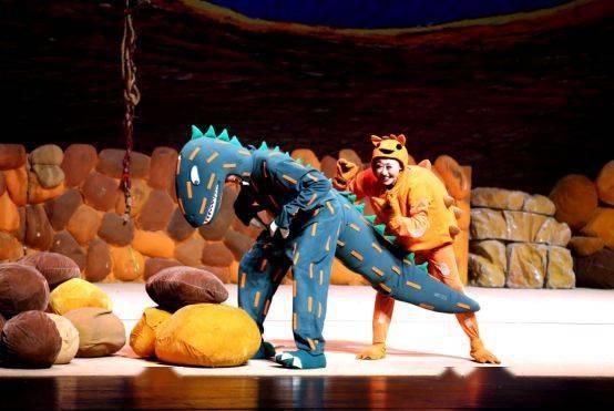 大型恐龙主题实景童话剧《你看起来好像很好吃》绘本上的故事来看吧!  第2张