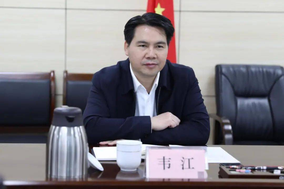 韦江与自治区人大常委会副秘书长宋震寰座谈