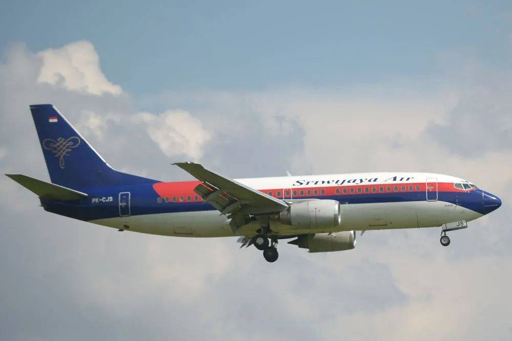 突发!一波音737客机坠毁,机上有62人,曾1分钟急降1万英尺