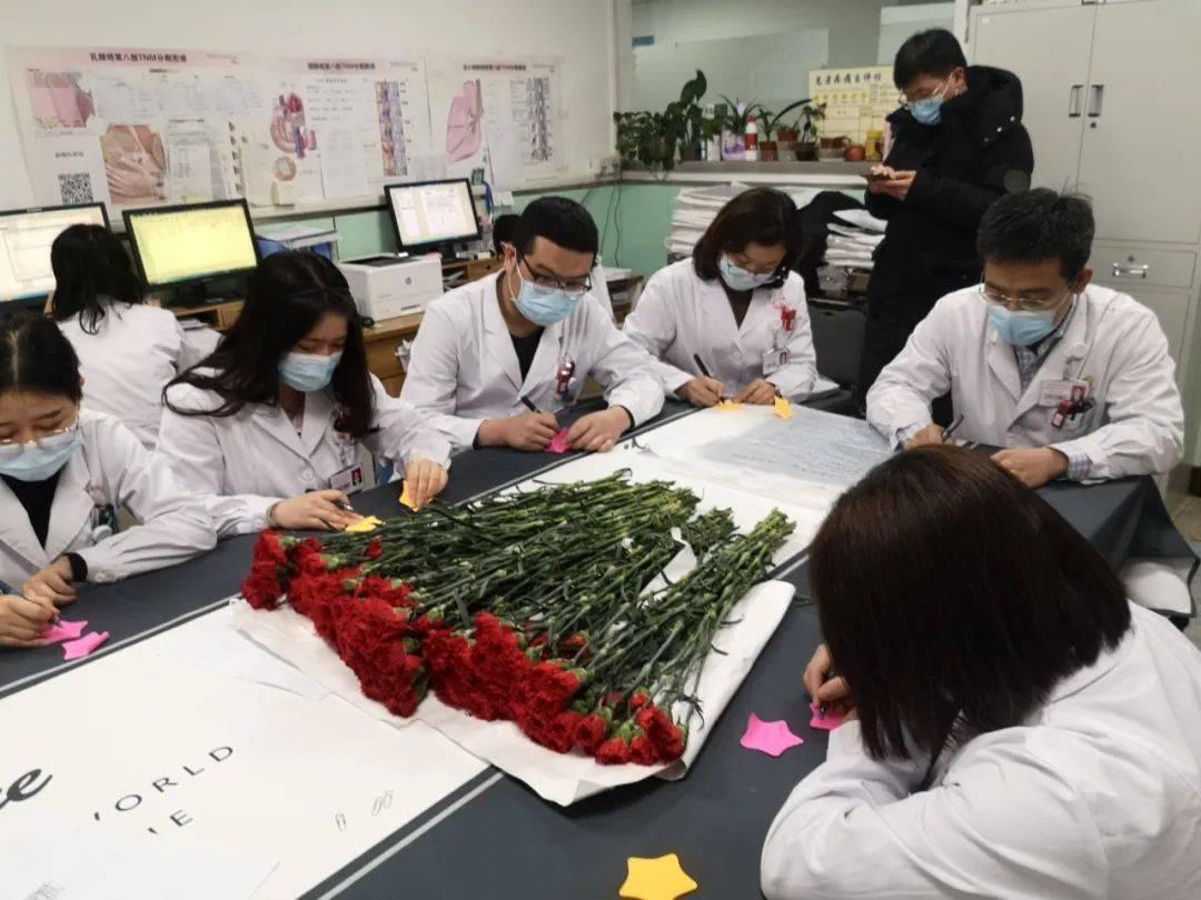 山医大二院肿瘤科上演爆款电影现实版——病房里,医生给病人送上一朵小红花  第3张