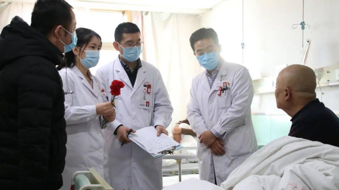 山医大二院肿瘤科上演爆款电影现实版——病房里,医生给病人送上一朵小红花  第5张