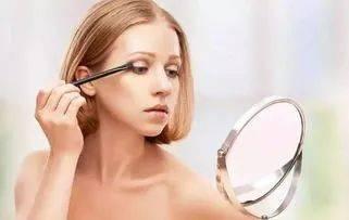 @姑娘们:看进来,化妆时这样做,才能更好遮瑕哦~