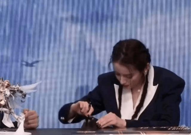 迪丽热巴签名时蘸口水动作娴熟,被批欠缺卫生意识?