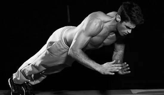 俯卧撑是检验男人是否强壮的标准之一
