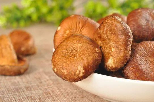 广东家常菜——香菇蒸滑鸡,营养美味,鲜香味绝,味道超赞哦!