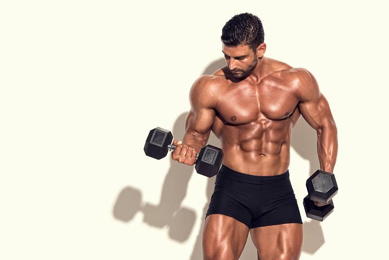教程:史密斯推胸VS哑铃卧推,这2项哪个更适合锻炼胸大肌?_进行