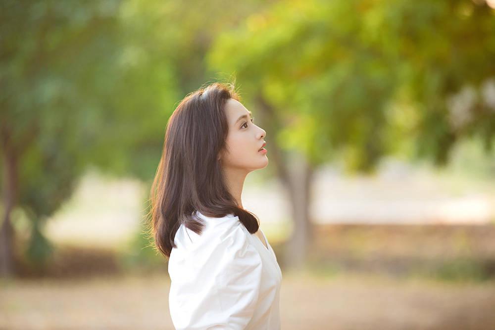彭小苒520森系大片曝光 清新白裙治愈力满分