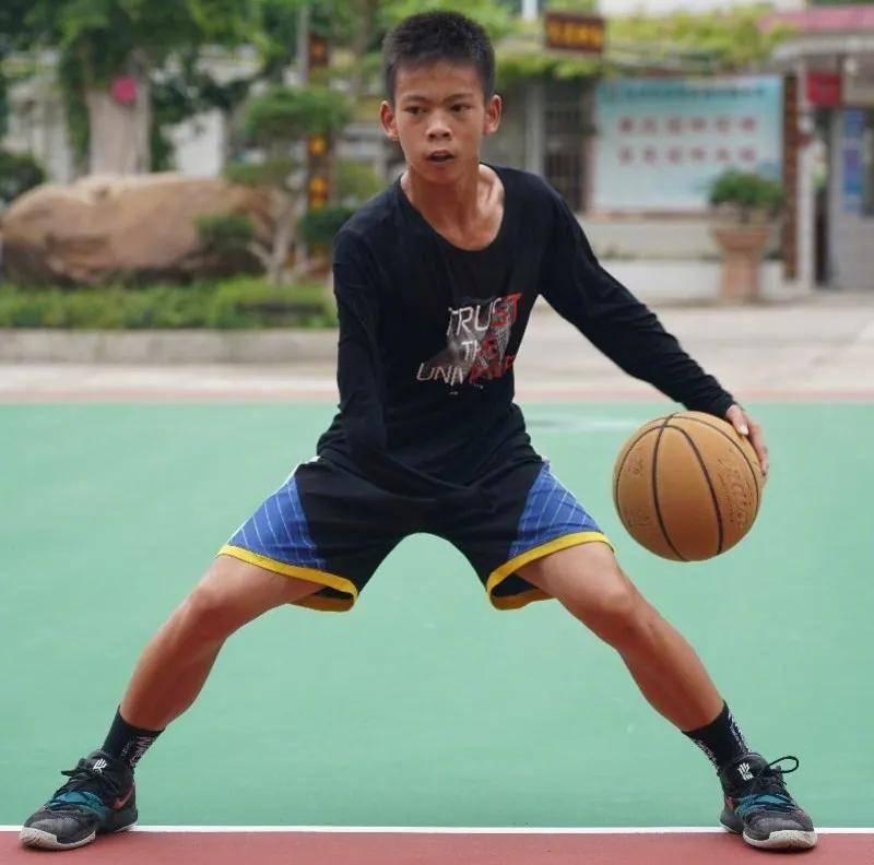 塔克主动送鞋!库里亲自录视频鼓励他!14岁独臂少年感动整个NBA