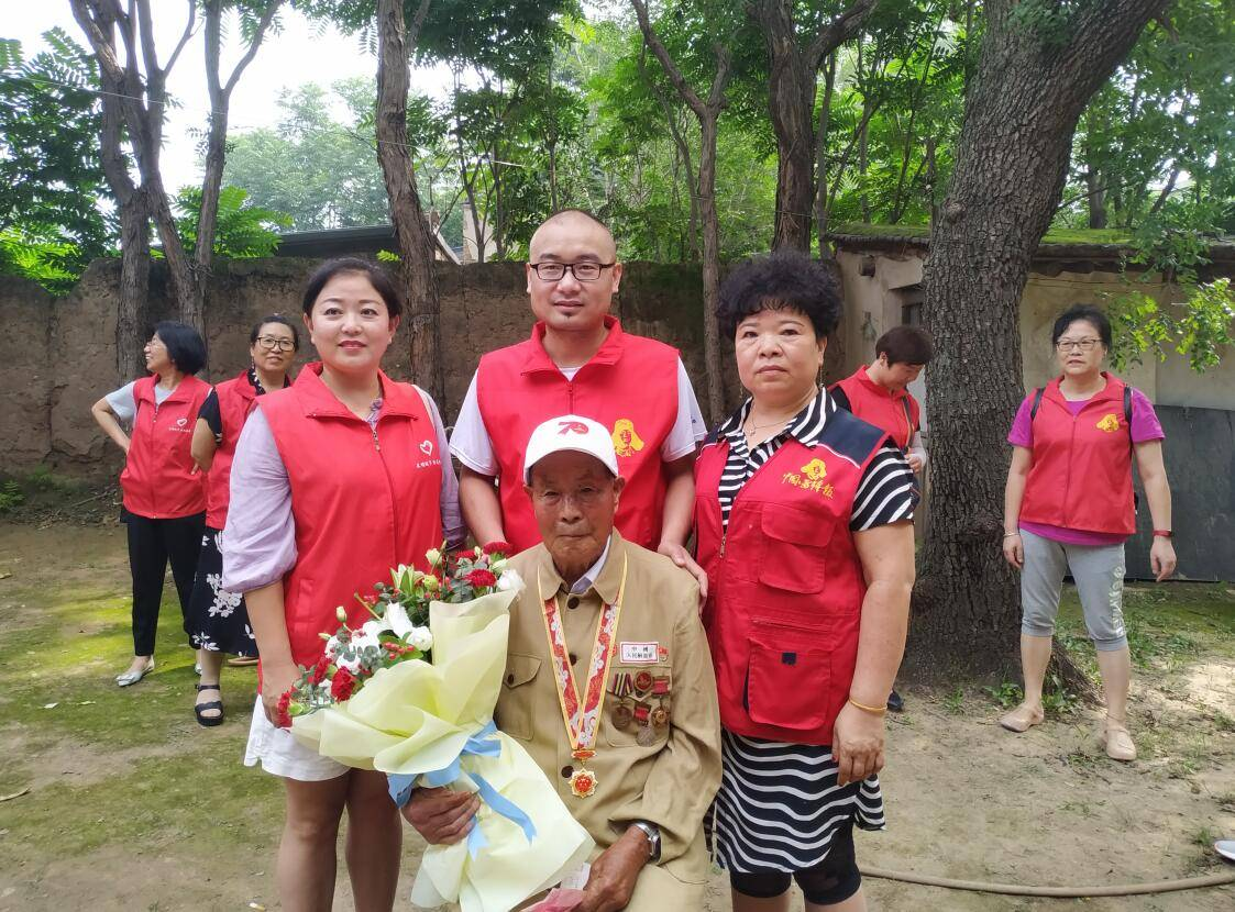 忻州市忻府区阳光公益组织志愿者慰问抗美援朝老兵刘贵年