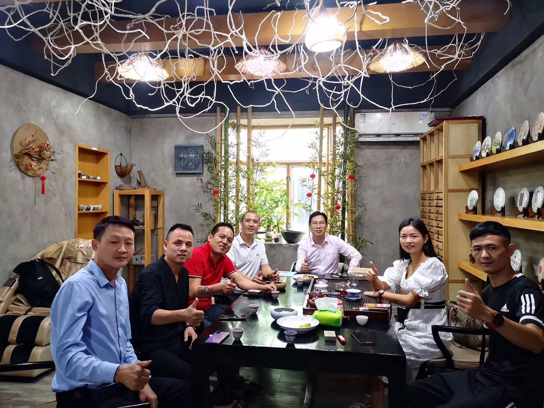 深爱榜户外俱乐部联合创始人吴龙、丁乐平一行走访深圳跑天下体育