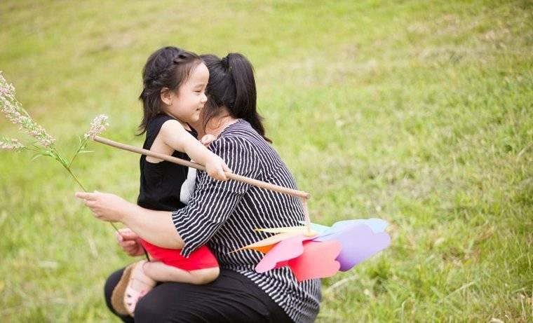 """""""熊孩子""""当众踹母亲,新东方在线提醒感恩教育不可缺失"""