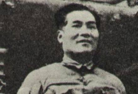 张国焘虽是红四方面军的主席,但在军事上还得仰仗徐向前,不然寸步难行