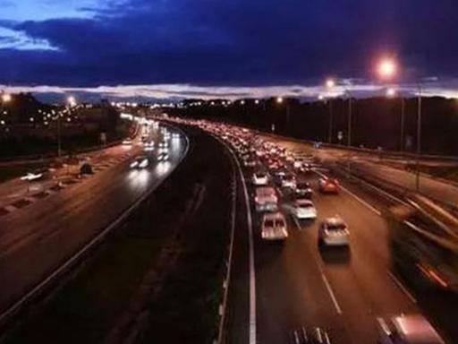 """晚上高速跑如何保证安全?交警:三大技能就是晚上的""""指点灯"""""""