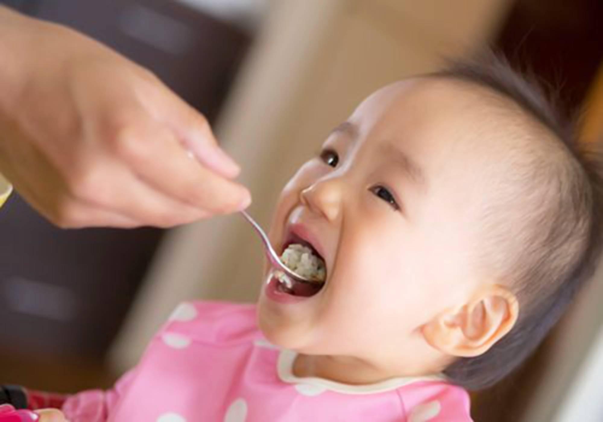 """一岁半是宝宝的""""喂养分水岭"""" 多少宝宝辅食吃错 妈妈后悔不已-家庭网"""