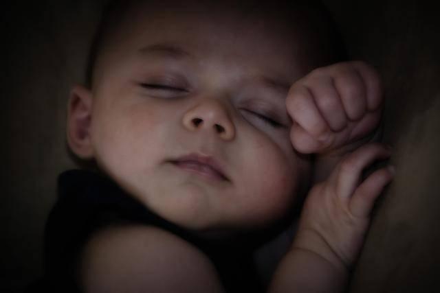 """外国宝宝普遍是""""睡神"""" 对比欧美父母我们做错了什么-家庭网"""