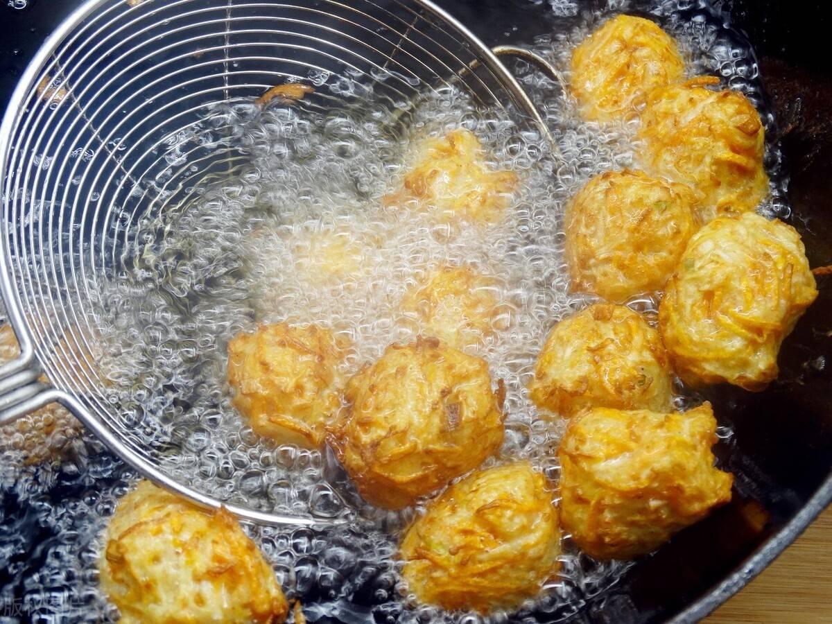 素萝卜丸子的简单做法,不用到大饭店也能吃到,脆酥香的原味美食