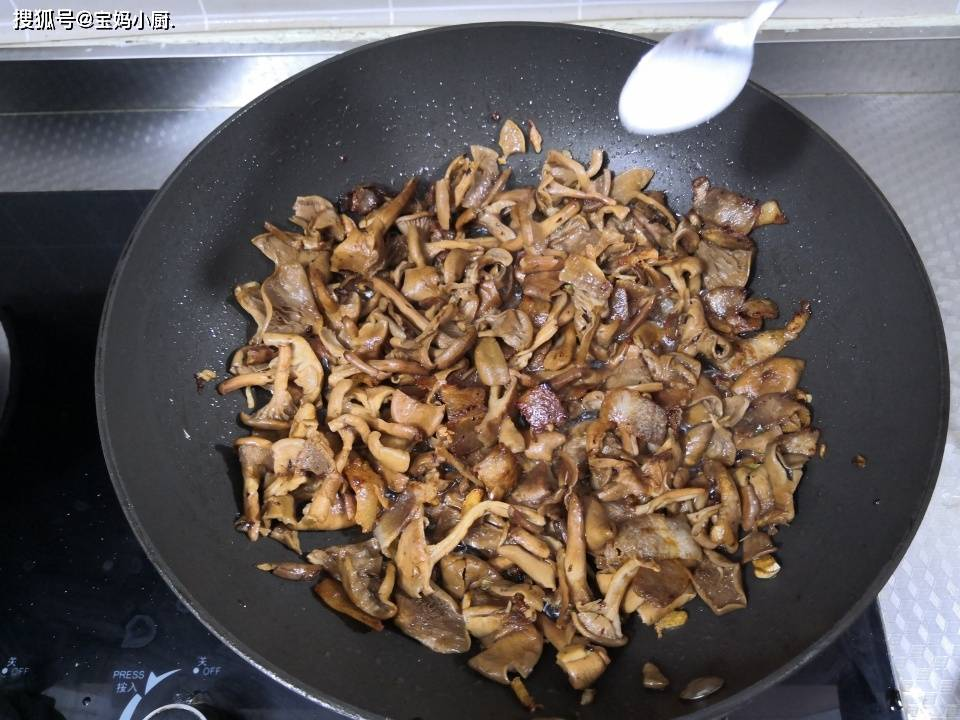 自打吃过这道菜,干蘑菇有多少都不够吃,比炖的香,真下饭