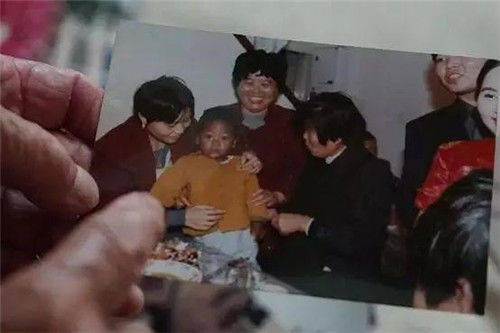 上海阿婆捡到一黑人弃婴,抚养21年还送他一套房,现今过得咋样