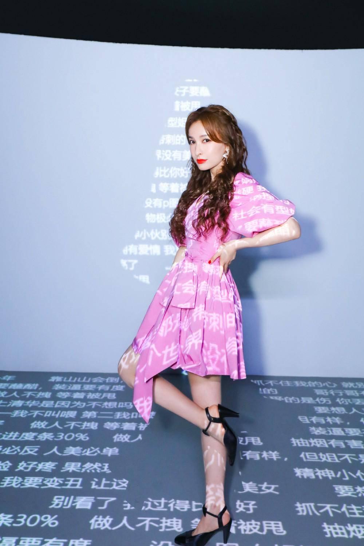 原创             吴昕浅天蓝长裙清纯俏丽,配小皮鞋减龄又少女,充满日常感