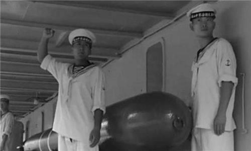 海军司令太困倒椅子上睡着了,一小兵为他盖上被子,改变一生命运