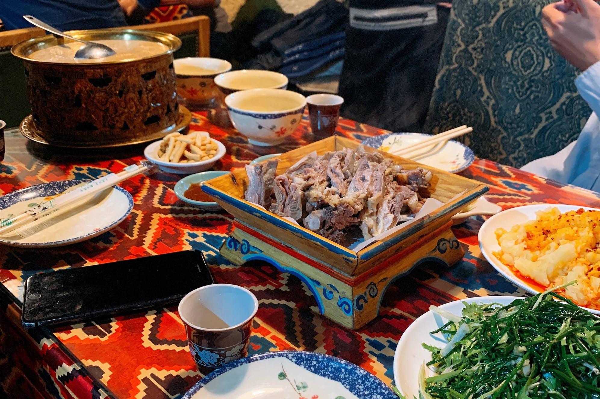 """蒙古族的年夜饭,能大口吃肉才是福,菜太""""实在""""了,难怪长的壮"""