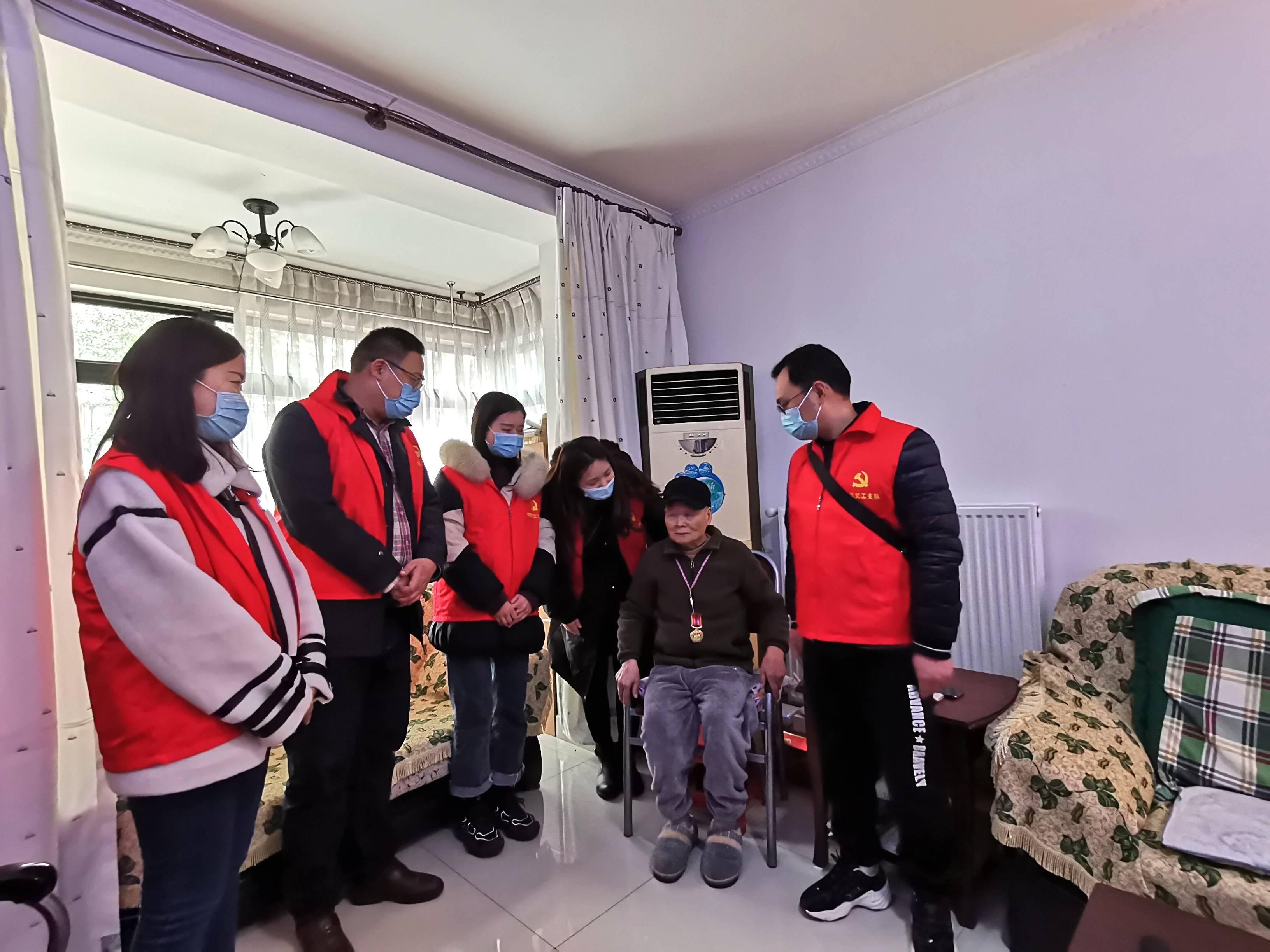 成华区医疗保障局联合泰康保险共同开展失能老人慰问活动