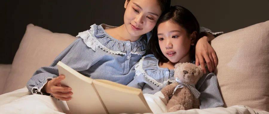 张杰给女儿讲故事上了热搜讲睡前故事有什么好处呢讲什么故事好呢