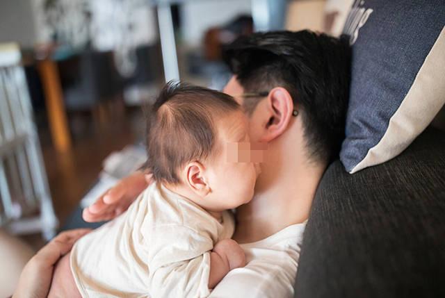"""宝宝抱得多会变成""""尖屁股""""?别迷信,多抱一抱娃有这五大好处"""