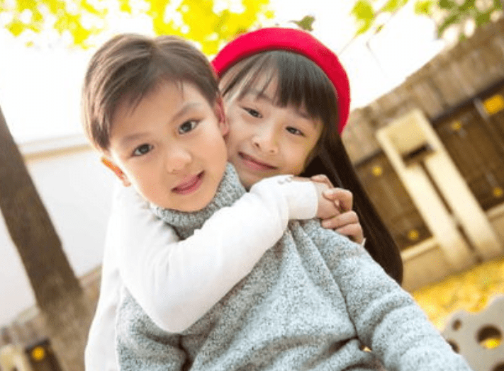 """二胎家庭的姐姐喜欢""""打弟弟"""",原因可气又可笑,希望弟弟快长大"""