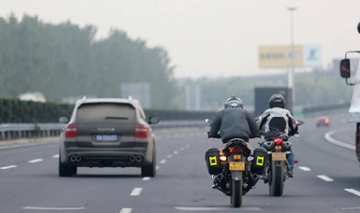 31岁宝妈骑摩托带3岁孩子去寄快递,失控撞墙,女子当场身亡