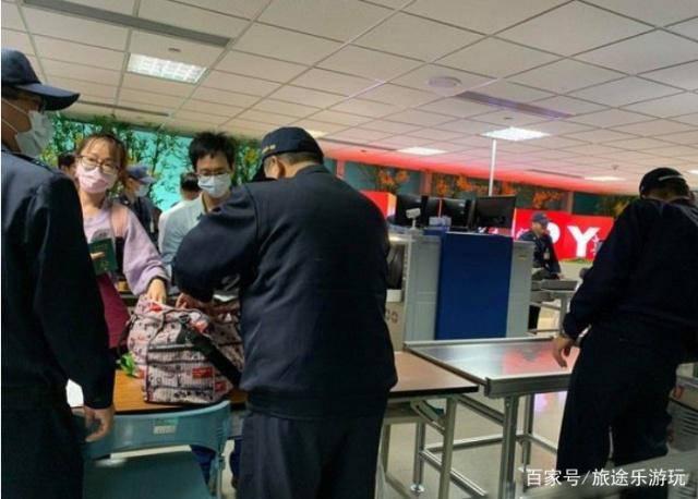 一家人去台湾旅游,在过海关时,因一根火腿肠全家遭遣返