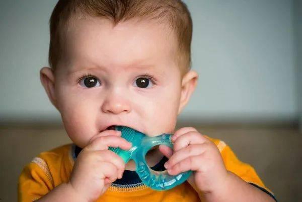 宝宝长出乳牙了,妈妈在喂奶时,如何避免自己被宝宝的乳牙咬伤?  第6张