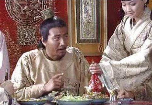 朱元璋吃饭时看到根头发,御厨急中生智说6字,躲过一场杀身之祸